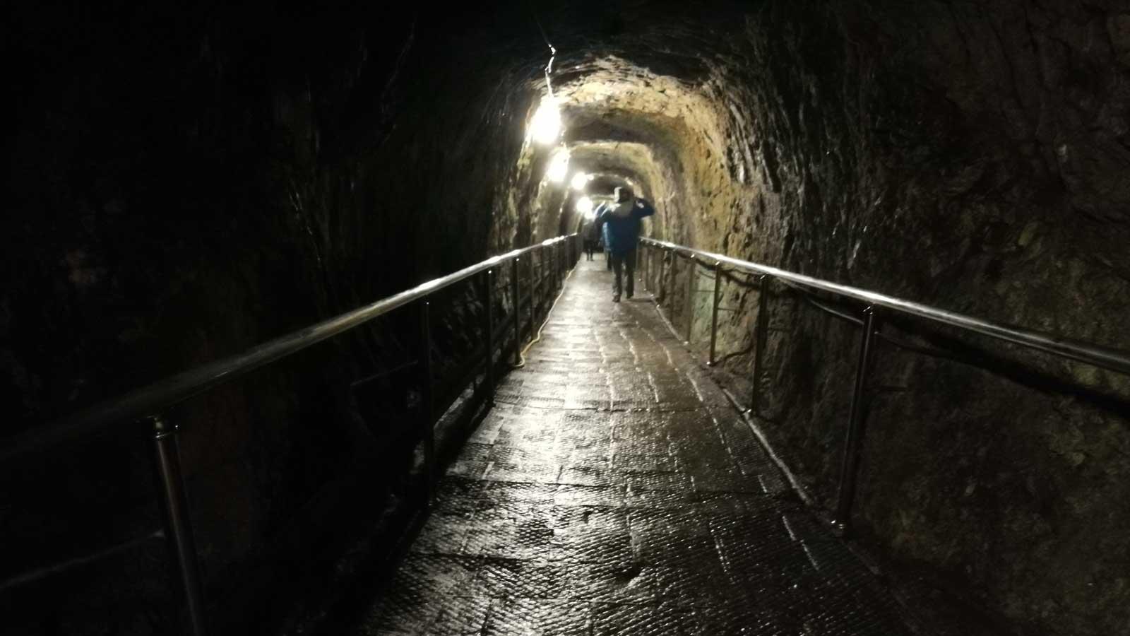 Во время экскурсии в Новоафонскую пещеру